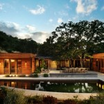 บ้านวิลล่าพร้อมสระน้ำ ตกแต่งด้วยไม้ลวดลายสวย อยู่บนเนินเขาแบบบ้านตากอากาศ