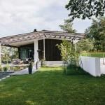 บ้านคอทเทจร่วมสมัย ออกแบบเป็นบ้าน 2 ชั้น หลังคาจั่ว ตกแต่งด้วยไม้ดีไซน์เก๋