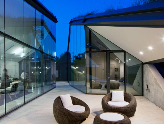 Glass House with swimming pool (5)