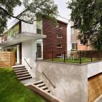 บ้านสองชั้น สมัยใหม่โมเดิร์นรูปทรงกล่อง ตกแต่งด้วยไม้และปูนเปลือย