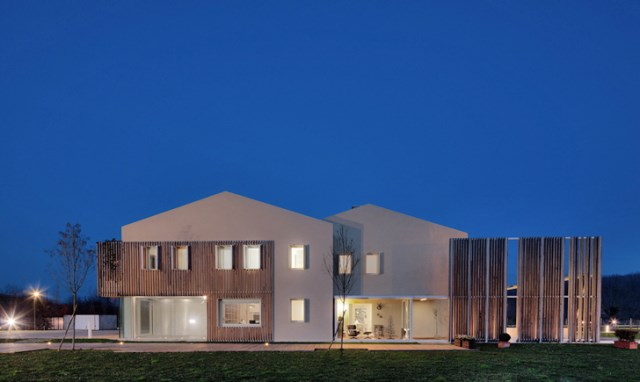 Modern house energy efficient With recycled materials (4)