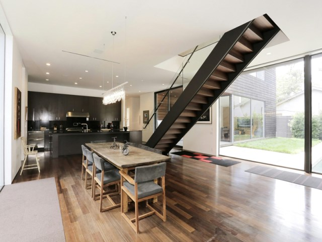Modern large house Decorated with warm colors and materials (25)