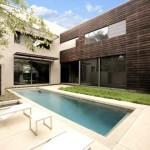 บ้านโมเดิร์นขนาดใหญ่ ตกแต่งอบอุ่นด้วยโทนสีและวัสดุ พร้อมสระว่ายน้ำท่ามกลางสวนสวย
