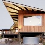 บ้านตากอากาศสไตล์โมเดิร์น ยกพื้นสูงตกแต่งด้วยไม้ โปร่งโล่ง มีสไตล์