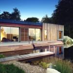 บ้านตากอากาศสไตล์โมเดิร์น วัสดุจากไม้และกระจก มาพร้อมสวนหลังคาและเฉลียงขนาดใหญ่