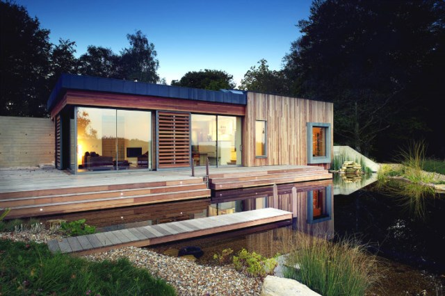 Modern villa style house materials from wood and glass with green roof (11)