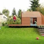 บ้านสวนขนาดจิ๋ว สร้างเป็นสนามเด็กเล่นไปในตัว บนเนินหญ้าเขียวขจี