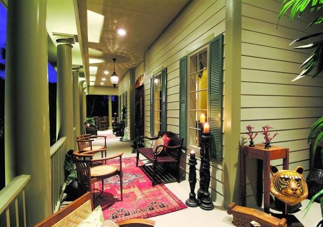 Two-story contemporary home decor 2 tone (8)