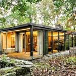 บ้านตากอากาศท่ามกลางป่า ตกแต่งด้วยโครงสร้างเหล็ก หิน และกระจก สะท้อนรสนิยมทันสมัย