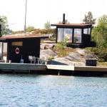 บ้านตากอากาศริมทะเล ออกแบบหลังเล็กๆ กะทัดรัด ตกแต่งด้วยไม้และกระจก