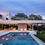 บ้านวิลล่าพร้อมสระว่ายน้ำ ออกแบบด้วยงานคอนกรีต ในสไตล์โมเดิร์น กับบรรยากาศบนเนินเขา
