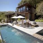 บ้านไม้เคบิน ออกแบบสองชั้นรูปทรงทันสมัย พร้อมสระว่ายน้ำ ให้อารมณ์แบบรีสอร์ท