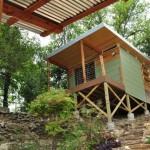 บ้านเคบินจากไม้ ขนาดเล็กๆ ยกพื้นสูง เหมาะที่จะทำเป็นบ้านสวน บ้านตากอากาศ หรือรีสอร์ท