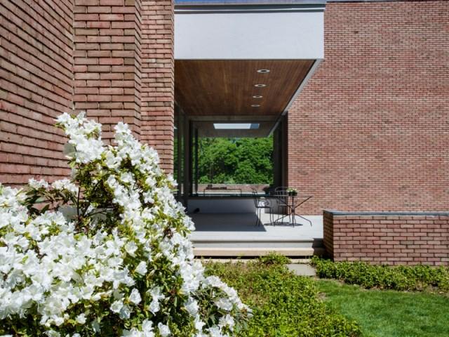brick-and-wood-aesthetic-of-dana-house (15)