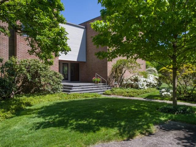 brick-and-wood-aesthetic-of-dana-house (2)