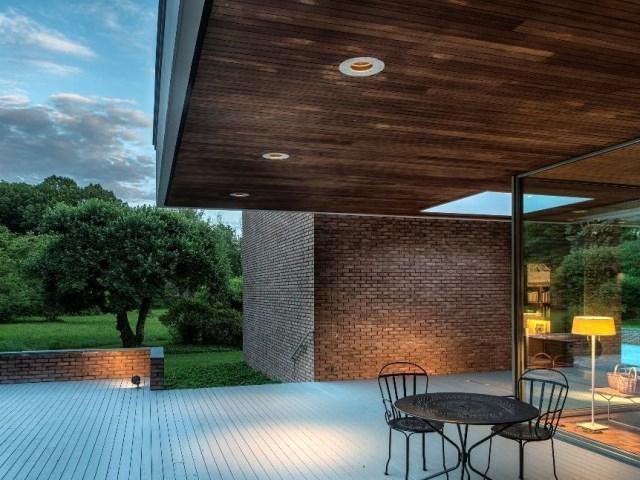 brick-and-wood-aesthetic-of-dana-house (22)