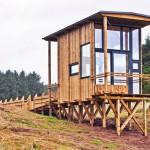 บ้านเคบินขนาดเล็กๆ สร้างจากวัสดุรีไซเคิล ตกแต่งด้วยกระจก