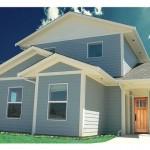 บ้านร่วมสมัยสองชั้น ตกแต่งด้วยไม้ โทนสีฟ้าพาสเทล สวนงามสบายตา