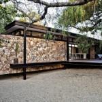 บ้านโมเดิร์นทันสมัย ตกแต่งด้วยหินธรรมชาติ บนโครงสร้างเหล็ก