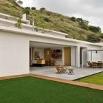 บ้านตากอากาศริมเนินเขา สไตล์โมเดิร์นมินิมอล สีขาวล้วนตัดกับเขียวธรรมชาติ