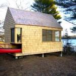 บ้านตากอากาศริมทะเล ออกแบบให้มีโรงจอดเรือ และตกแต่งตัวบ้านด้วยไม้