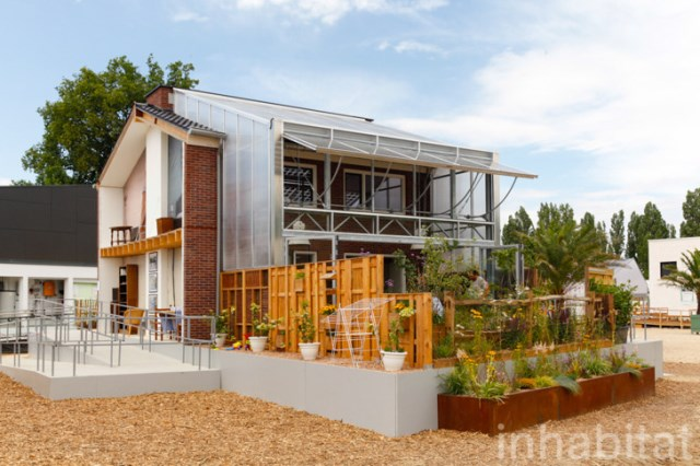 two-story Modern house decorated with variety of materials (4)