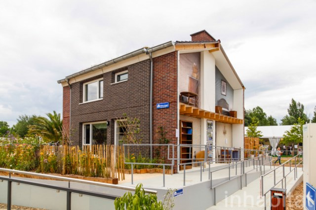 two-story Modern house decorated with variety of materials (5)