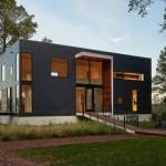 บ้านตากอากาศสไตล์โมเดิร์น รูปทรงกล่อง สีดำมาดเข้มดูภูมิฐาน