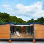 บ้านตากอากาศริมชายหาด จากโครงสร้างเหล็ก ตกแต่งด้วยไม้ มีเฉลียงกลางบ้าน