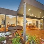 แบบบ้านชั้นเดียวเฉลียงโปร่ง แต่งสไตล์โมเดิร์น สร้างความโปร่งโล่งที่ภายในด้วยผนังกระจก