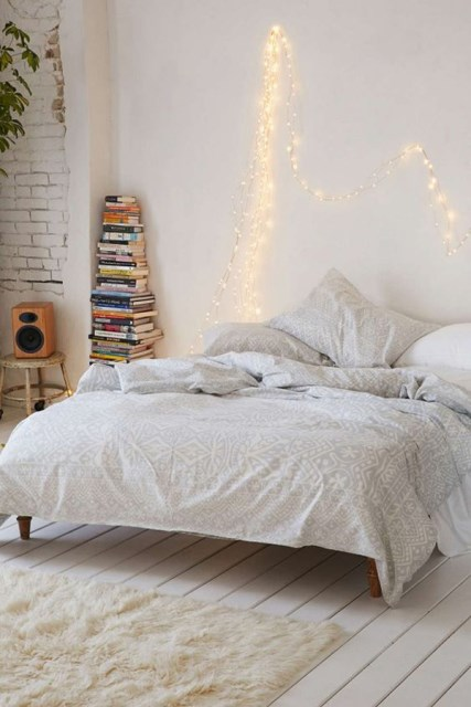 22 diy-string-lights-in-the-bedroom (4)
