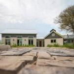 บ้านคอทเทจ – ร่วมสมัย ตกแต่งภายนอกแบบทูโทน ภายโชว์โครงสร้างไม้