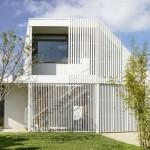 บ้านโมเดิร์นดีไซน์แปลกตา ที่มาพร้อมระแนงสีขาวรอบบ้าน รับครอบครัวขนาดกลาง