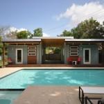 บ้านโมเดิร์นหลังคาเพิงฯ เล่นมิติของรูปทรง มาพร้อมพื้นที่พักผ่อนกลางแจ้งและสระว่ายน้ำขนาดเล็ก