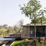 บ้านตากอากาศสไตล์โมเดิร์น ท่ามกลางเนินเขาที่ร่มรื่น รองรับการพักผ่อนในสไตล์รีสอร์ท