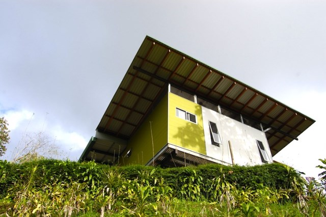 Villa house on hillside simple decorated with metalsheet (1)