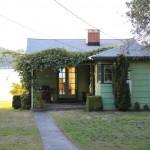 บ้านตากอากาศริมทะเล ขนาดเล็กๆ กะทัดรัก ออกแบบยกพื้น หลังคาเพิงฯ