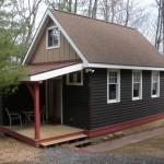 บ้านไม้คอทเทจโทนสีดำ ขนาดเล็กๆ กะทัดรัด รองรับครอบครัวแรกเริ่ม