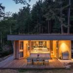 บ้านตากอากาศสไตล์โมเดิร์น รูปทรงเรียบง่าย ตกแต่งด้วยไม้ มาพร้อมเฉลียงใกล้ชิดธรรมชาติ
