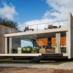 บ้านโมเดิร์นขนาดเล็ก วัสดุจากปูนเปลือย ออกแบบให้มีพื้นที่โล่งกลางบ้าน เล่นระดับอย่างสวยงาม