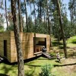 บ้านสตูดิโอขนาดเล็ก ตกแต่งทันสมัยด้วยรูปทรง วัสดุจากไม้ มาพร้อมสวนหลังคา