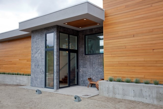 two-storey modern house Decorated with glass and steel (1)