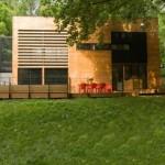 บ้านโมเดิร์นสองชั้น ดีไซน์รูปทรงกล่อง วัสดุตกแต่งด้วยไม้ เหล็ก และกระจก