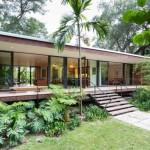 บ้านตากอากาศสไตล์โมเดิร์น ออกแบบในแนวยาว พร้อมกันการตกแต่งแบบโปร่ง โล่ง ด้วยหน้าต่างไม้