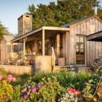 บ้านไม้สไตล์บ้านสวน ให้อารมณ์แบบรัสติค พร้อมเฉลียงและสวนสวย