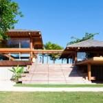 บ้านตากอากาศชายทะเล ให้อารมณ์แบบรีสอร์ท ดีไซน์ด้วยงานไม้ มาพร้อมสระว่ายน้ำครบครัน