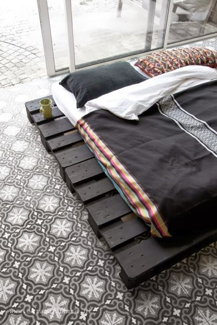15-simple-diy-bed-frames-with-pallet-boards (1)