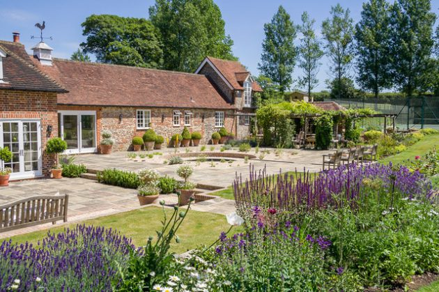 16-attractive-garden-designs-in-country-style (10)