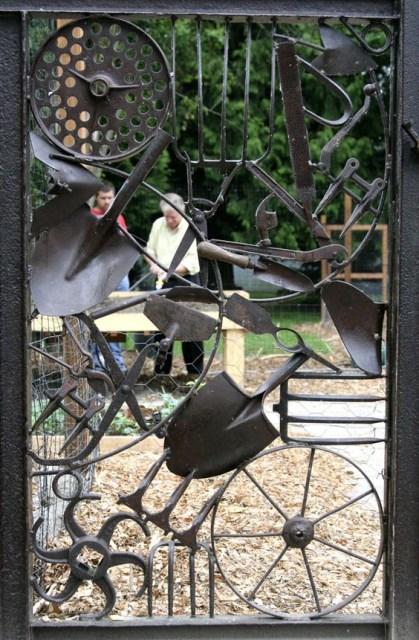 19-diy-rusted-metal-beautify-yard (9)