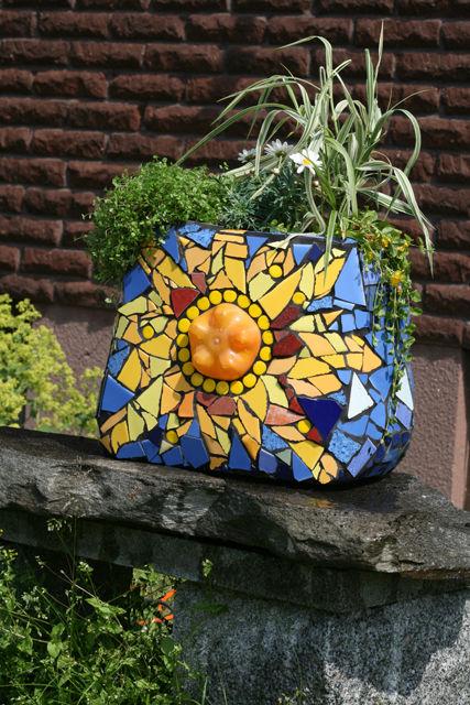 21-magnificent-diy-mosaic-garden-decorations (4)